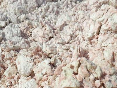 用手掰开膨润土矿断面的外观具有胶冻状,说明膨润土原矿品质非常高